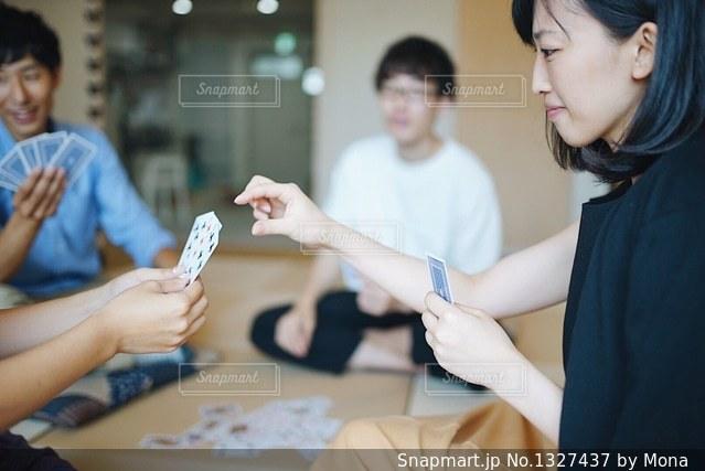 テーブルに座っている人々 のグループの写真・画像素材[1327437]