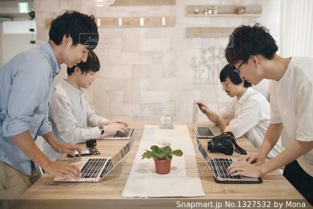 ノート パソコンを見ている人々 のグループの写真・画像素材[1327532]