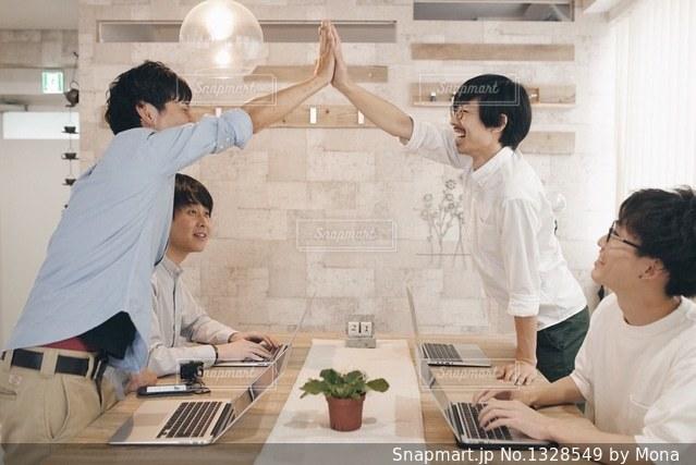テーブルに座っている人々 のグループの写真・画像素材[1328549]