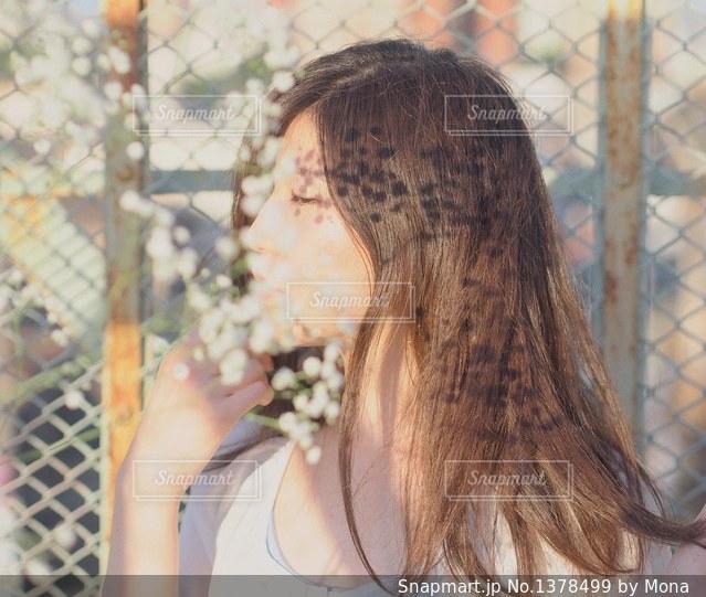 かすみ草と女性のの写真・画像素材[1378499]