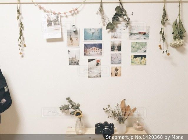 写真やお花の飾ってある部屋の写真・画像素材[1420368]