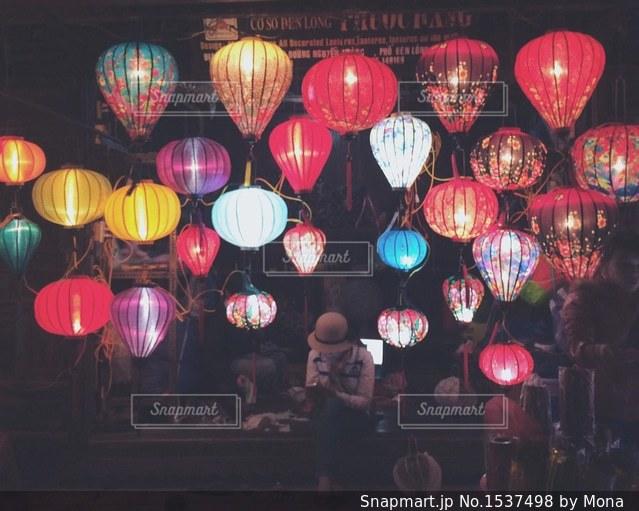 ホイアンの夜を彩るカラフルなランタンの写真・画像素材[1537498]