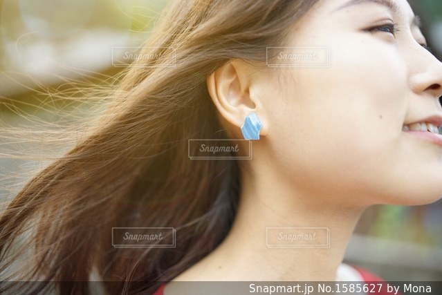さらさらの髪の女性の写真・画像素材[1585627]