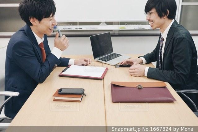 ミーティング中の笑顔の写真・画像素材[1667824]