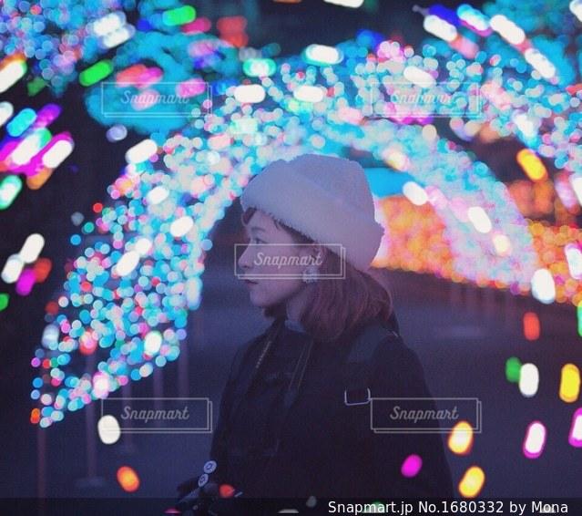 カラフルな傘を持っている人の写真・画像素材[1680332]
