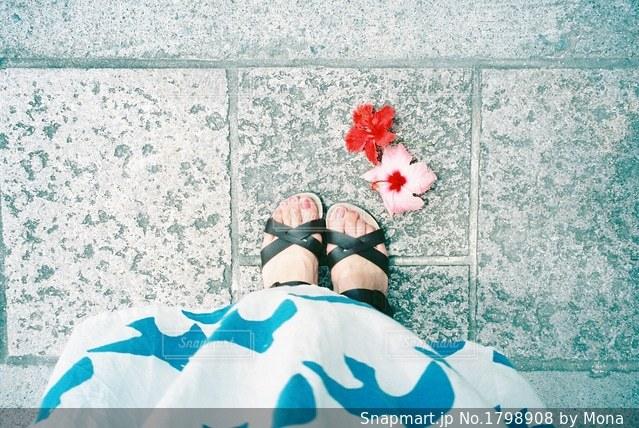 夏色ワンピースと足もとの写真・画像素材[1798908]