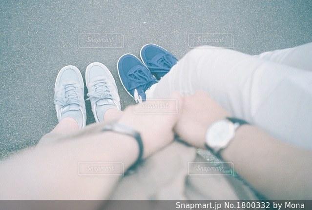 ペアの腕時計とスニーカーの写真・画像素材[1800332]