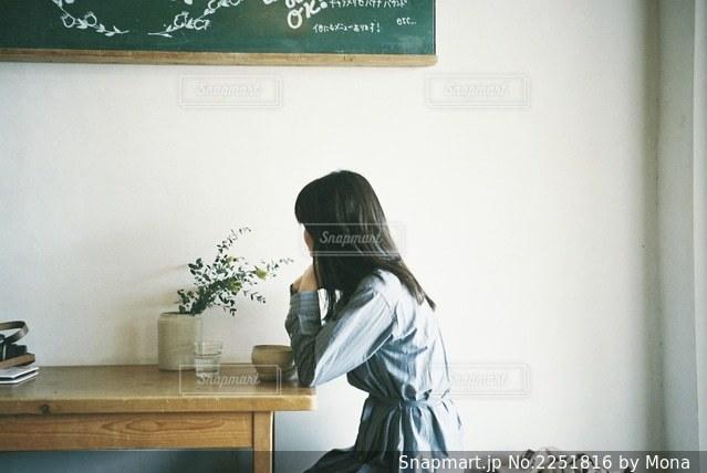 カフェでくつろぐ女の子の写真・画像素材[2251816]