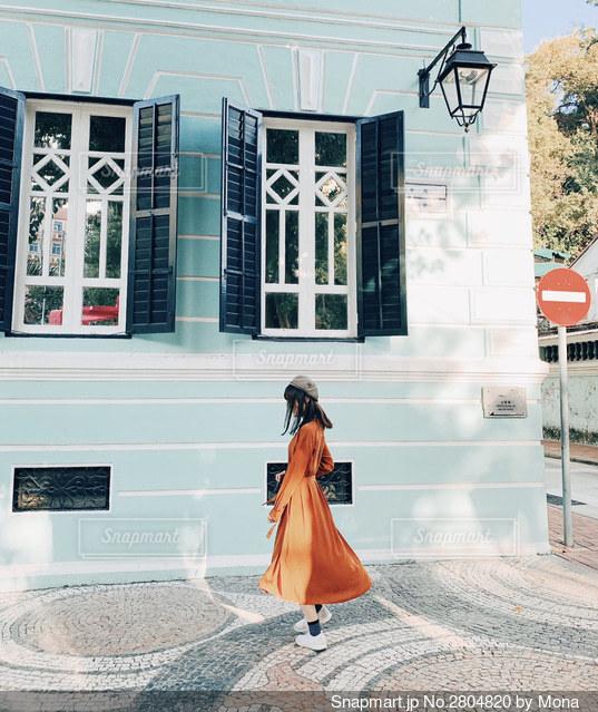 可愛い街並みと女性の写真・画像素材[2804820]