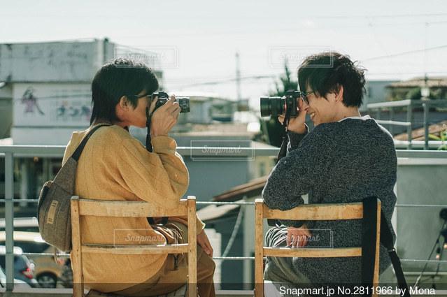撮り合うカメラ男子たちの写真・画像素材[2811966]