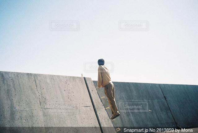 堤防の外を見る男性の写真・画像素材[2813859]