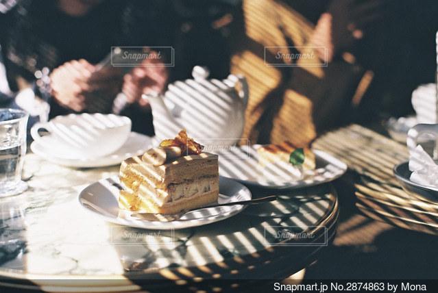 ブラインドの影とケーキの写真・画像素材[2874863]