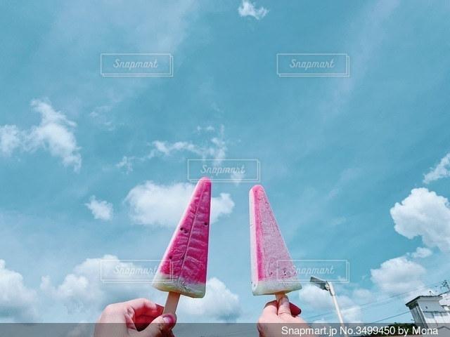 スイカバーと夏の空の写真・画像素材[3499450]