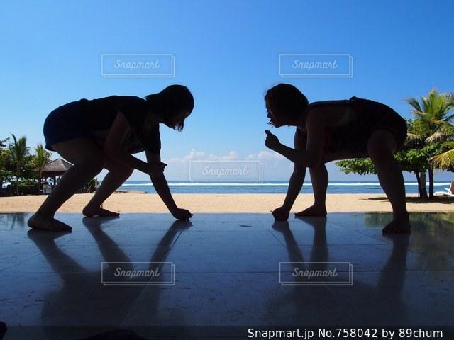 ビーチの上を歩く人々 のグループの写真・画像素材[758042]