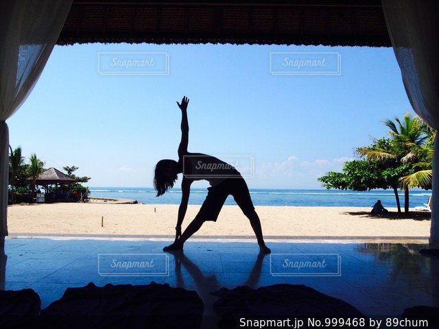 ビーチに立っている人の写真・画像素材[999468]