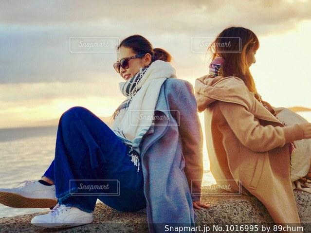 ビーチに座っている人々 のグループの写真・画像素材[1016995]