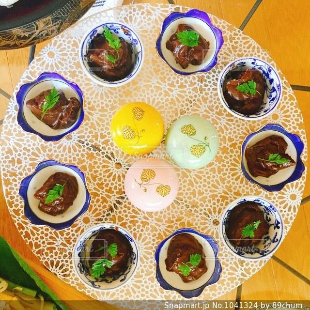 板の上に食べ物の束の写真・画像素材[1041324]