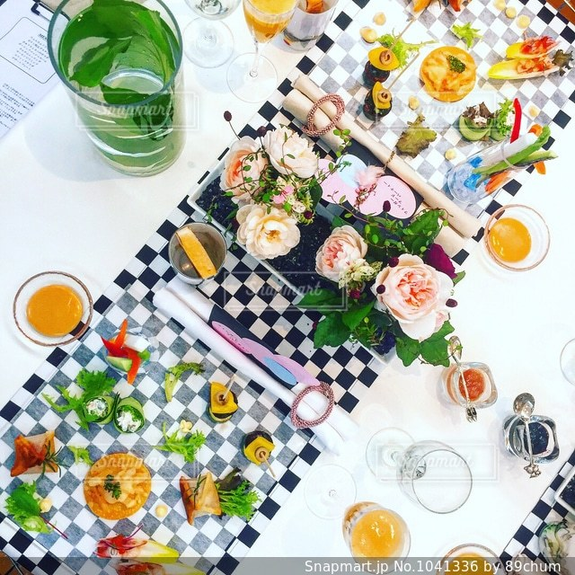 テーブルの上に食べ物の写真・画像素材[1041336]