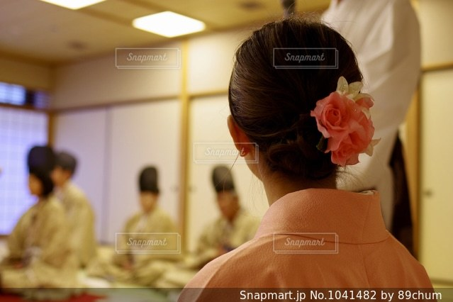 テーブルの前に立っている人の写真・画像素材[1041482]