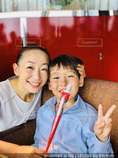 少年とレストランでテーブルに座っている女の子の写真・画像素材[1181092]