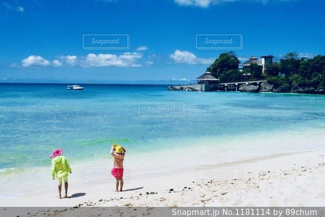 砂浜の上に立つ人々 のグループの写真・画像素材[1181114]