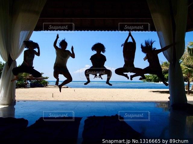 ビーチの人々 のグループの写真・画像素材[1316665]