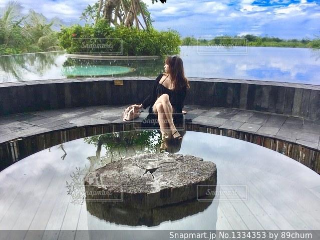 水上橋の上に立っている人の写真・画像素材[1334353]
