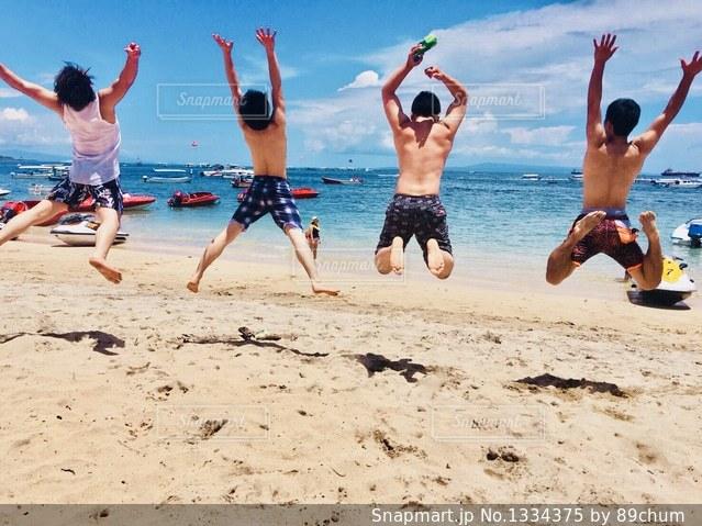 浜辺でフリスビーを再生する人々 のグループの写真・画像素材[1334375]