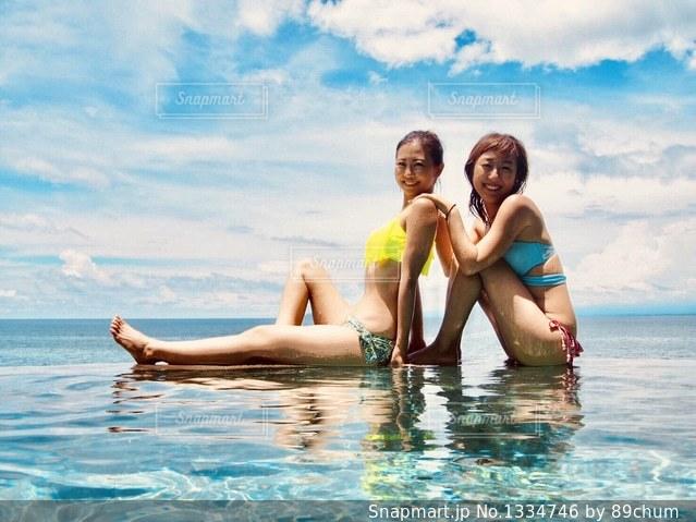 水の中を泳いでいる人の写真・画像素材[1334746]