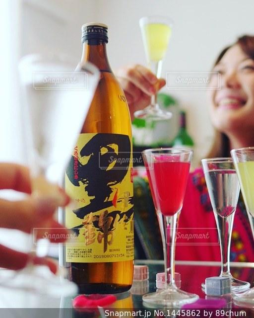 テーブルの上にワインのボトルの写真・画像素材[1445862]