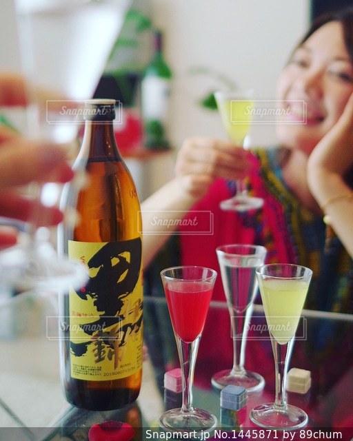 テーブルの上にワインのボトルの写真・画像素材[1445871]