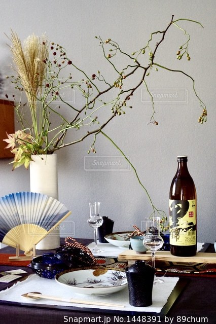 テーブルの上の花の花瓶の写真・画像素材[1448391]