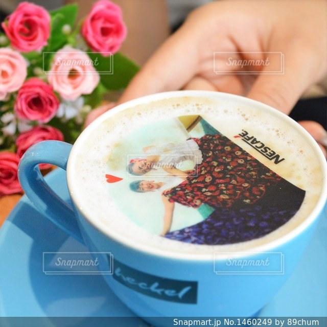 コーヒーのカップを持っている手の写真・画像素材[1460249]