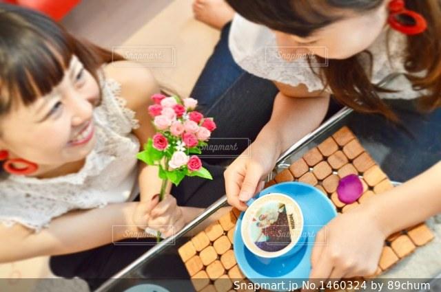 テーブルに座っている人々 のグループの写真・画像素材[1460324]