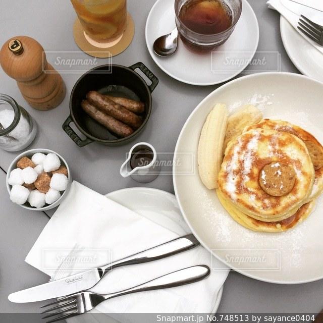 朝食用食品のプレートがテーブルに座っています。の写真・画像素材[748513]