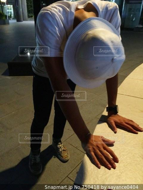 スケート ボードでトリックをしている男の写真・画像素材[750418]
