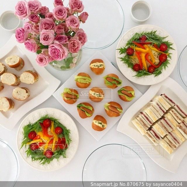テーブルな皿の上に食べ物のプレートをトッピングの写真・画像素材[870675]