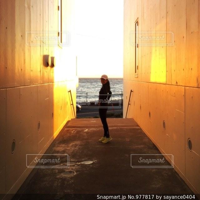 夕日と海を見に、走りに行こうの写真・画像素材[977817]