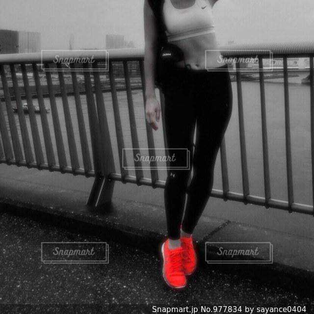 お気に入りのランニングシューズで、走りに行こうの写真・画像素材[977834]