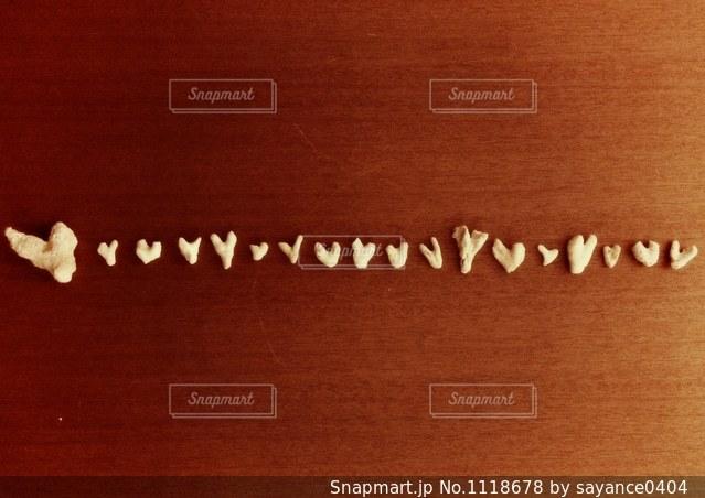砂浜に見つけたハートの落し物の写真・画像素材[1118678]