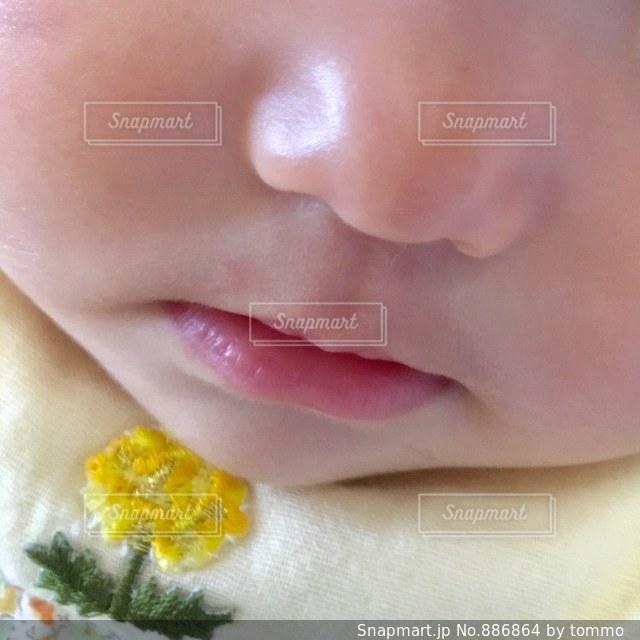 近くに赤ちゃんのアップの写真・画像素材[886864]