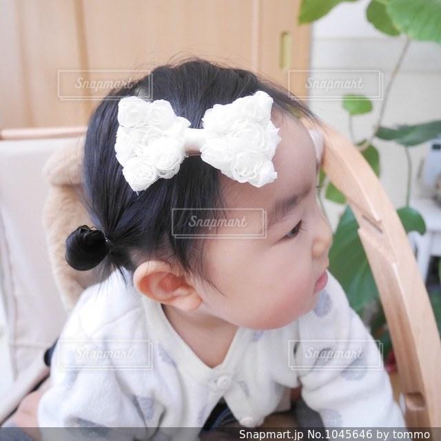 リボンをつけた赤ちゃんの写真・画像素材[1045646]