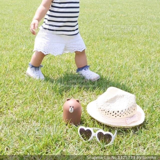 草の中に立っている少女の写真・画像素材[1325773]