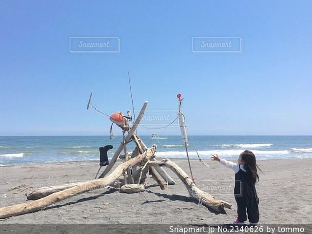 砂浜の上に立つ女の子の写真・画像素材[2340626]