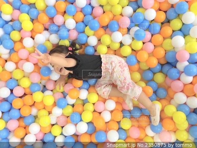 カラフルなボールプールの写真・画像素材[2350875]