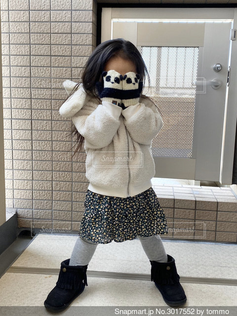 お気に入りのパンダさん手袋でポーズの写真・画像素材[3017552]