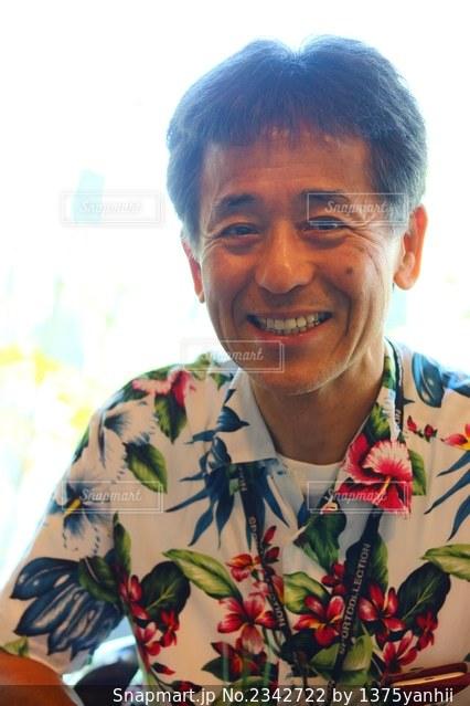 カメラに向かって微笑んでいる男の写真・画像素材[2342722]