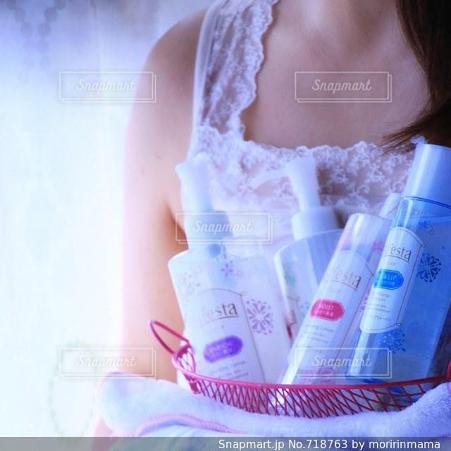 プラスチック製の容器に座っている女性の写真・画像素材[718763]
