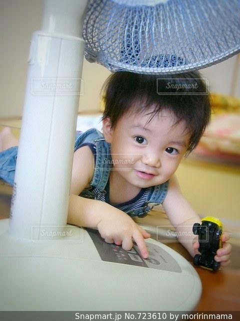 テーブルに座っている小さな子供の写真・画像素材[723610]