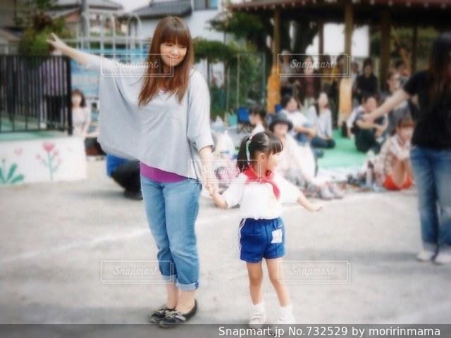 通りを歩きながら小さな女の子の写真・画像素材[732529]